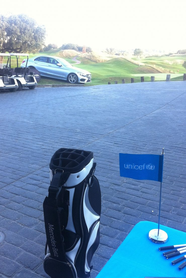 coche-y-bolsa-golf-mercedes-benz-mecha-stand-unicef-1